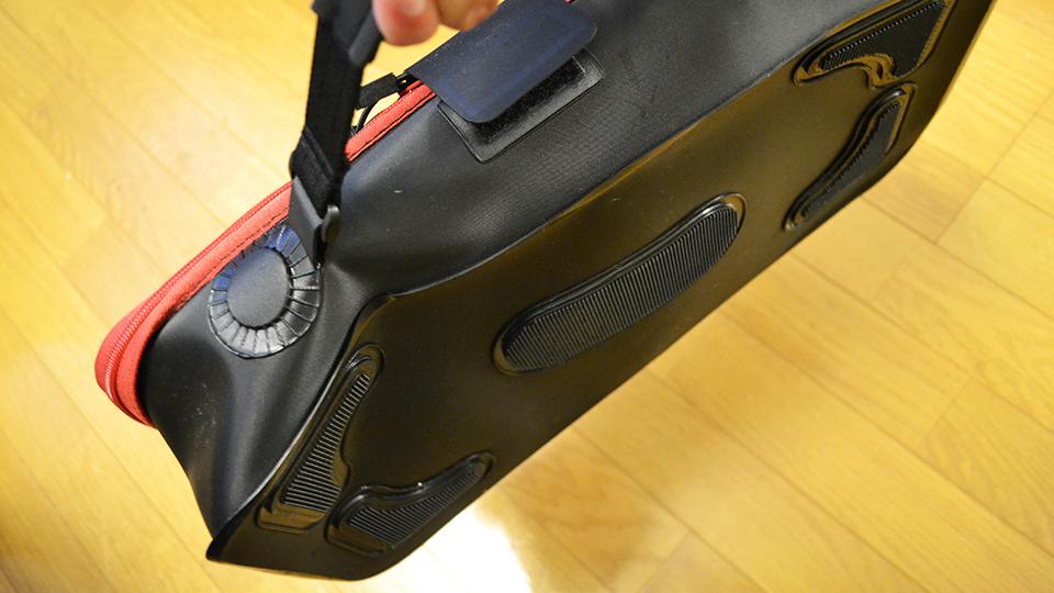 SK11 EVAツールボックスLを手に持って持ち上げると、重さで変形