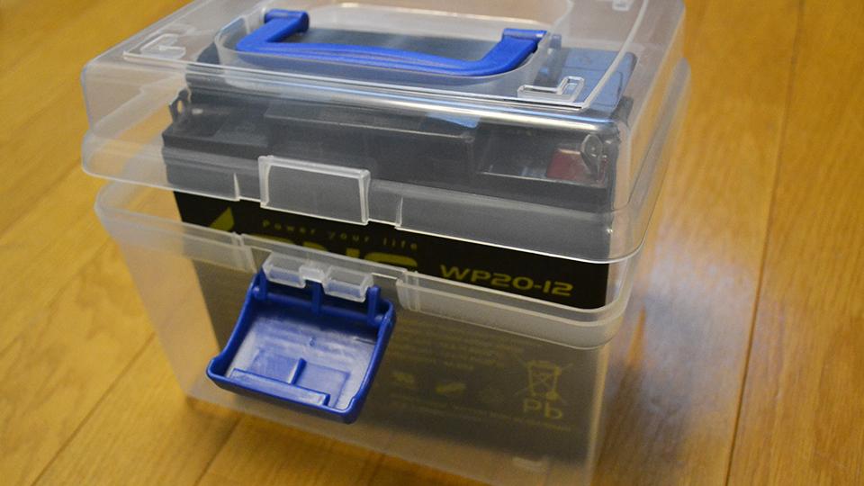 ダイソーの取っ手付き収納ボックスにバッテリーを入れたフタが閉まらない