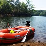 湖畔に浮かぶ手漕ぎゴムボート KE-275 (ジョイクラフト)