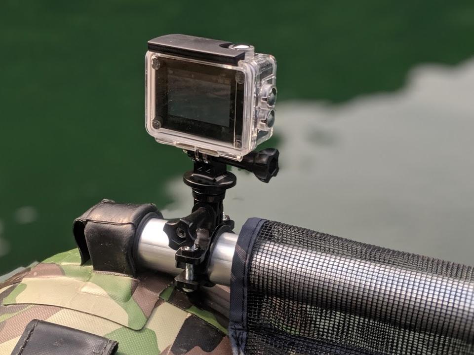 フローターのフロントポールに取り付けたアクションカメラ(CT8500)