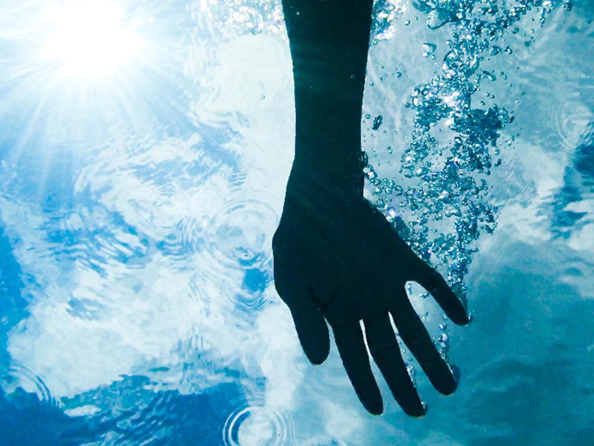 水の中に沈むフィンに差し伸べる手
