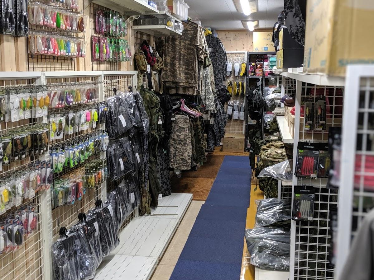 久米島堂釣具店の店内(フロッグコーナー)