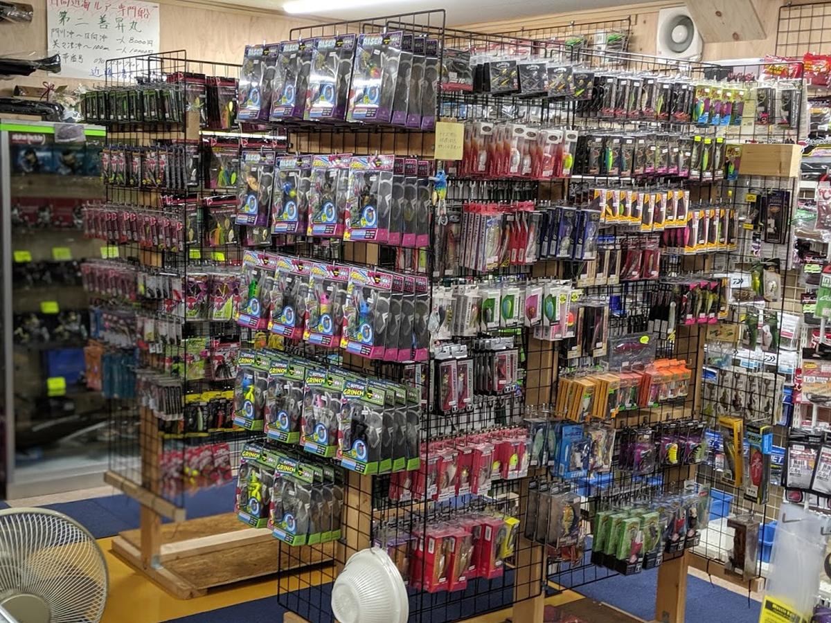 久米島堂釣具店の店内(バス用品)