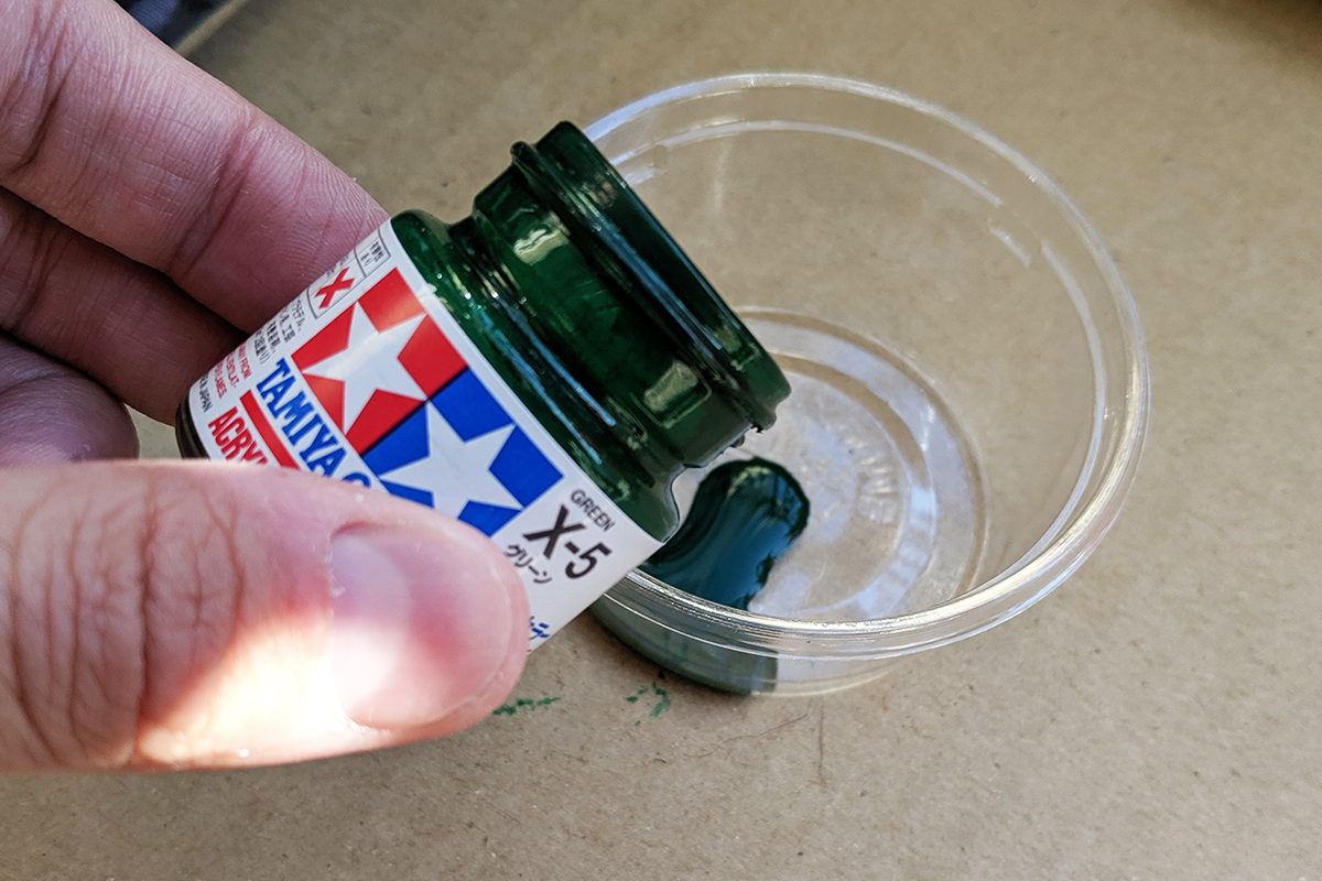 100均で購入できる小さいカップに入れたタミヤの塗料