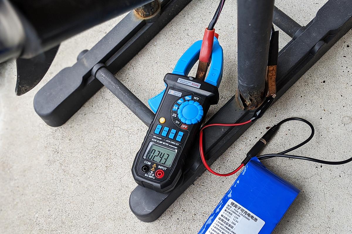 クランプメーターでエレキモーターに流れる電流を測定