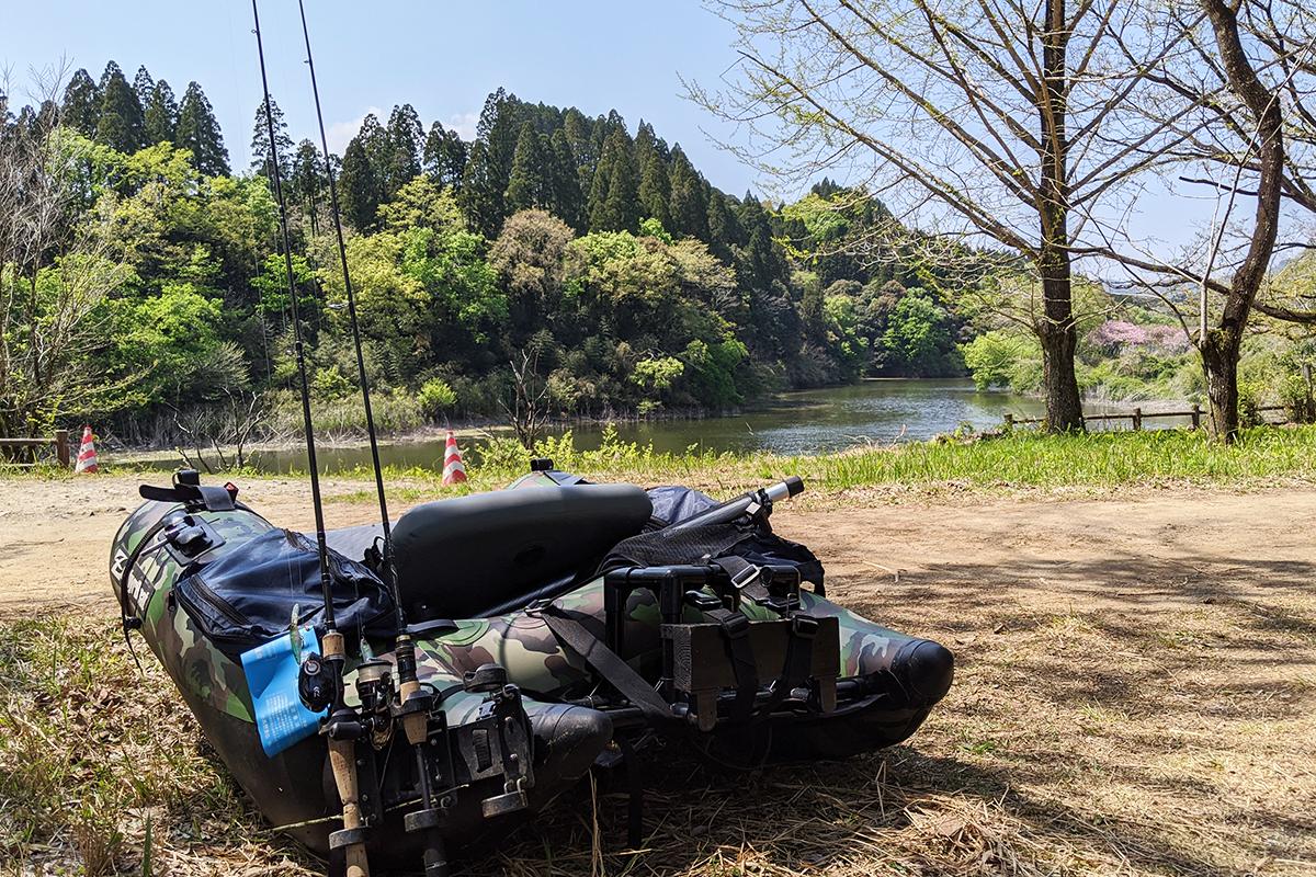 杉が立ち並ぶ湖とフローター