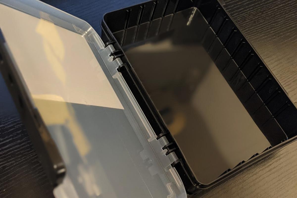 タフケース W210F(YFD)フタを開けた様子