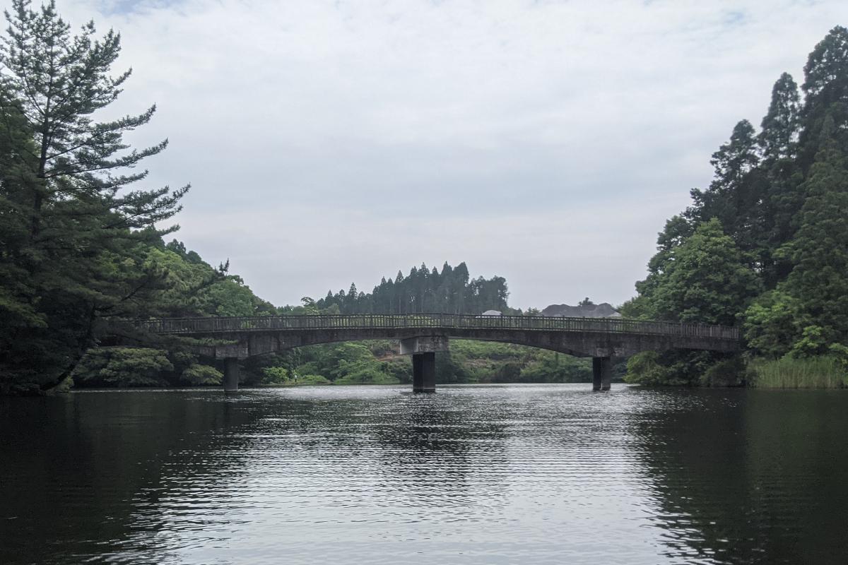 中池の中央にある橋