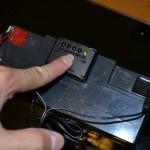 バッテリー残量チェッカーのボタンを押す